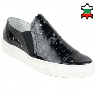 Women's black leather shoes with flowers perforation